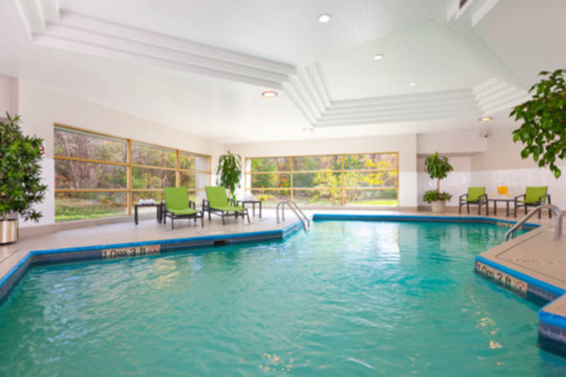 H tel holiday inn laval montr al hotels laval lodging for Hotel gerardmer piscine interieure