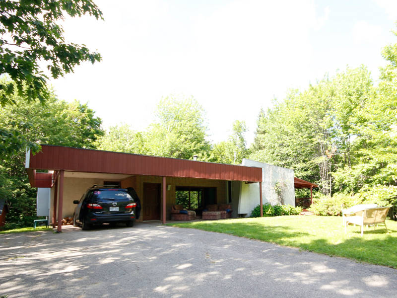Wonderful and cozy cottage for rent, located 45 minutes from Montreal and 5  minutes from mont Saint Sauveur. Features three bedrooms, two bathrooms, ...