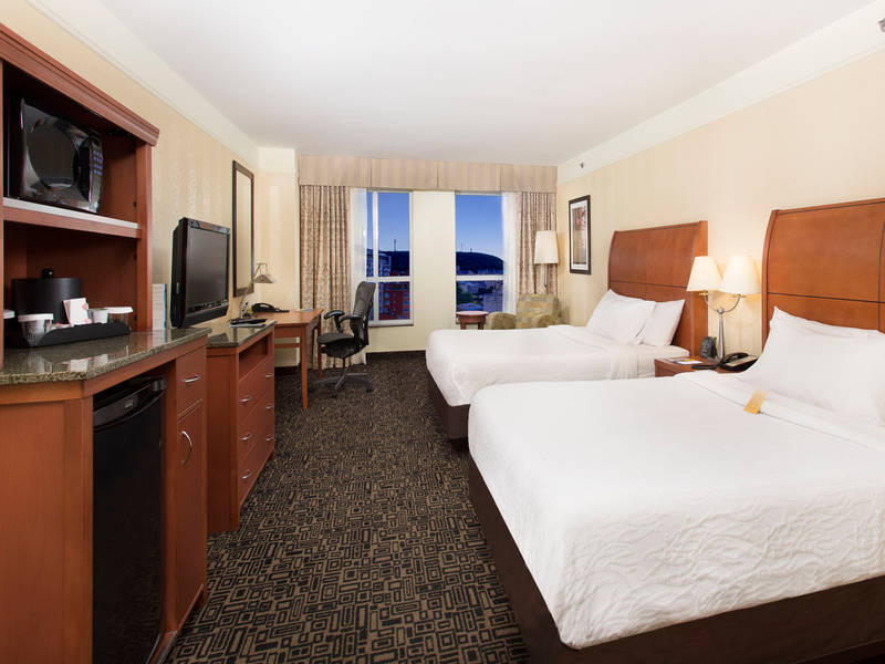 Hilton Garden Inn Montréal Centre Ville · Piscine · Gymnase · One King Bed  · Restaurant · Two Queen Beds